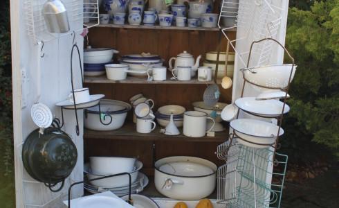 Foto: meubels, kannen en serviesgoed van Jantje Margien, de leukste brocante winkel van Amersfoort