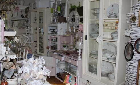 Foto: servies (wit of met bloemetjes) van Jantje Margien, de leukste brocante winkel van Amersfoort